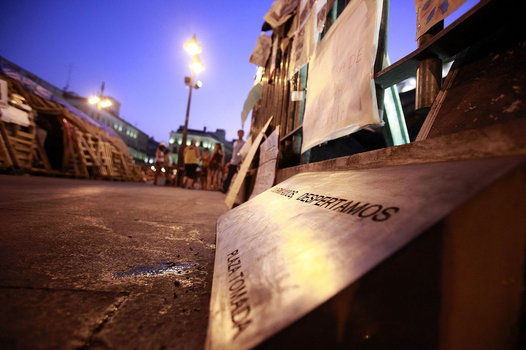 El 15 de mayo cientos de miles de personas en todo el estado espanol salieron a la calle a manifestarse por Una Democracia Real Ya. Despues de la manifestacion la policia nacional reprimio brutalmente a los manifestantes y detuvo a varias personas. Fue entonces cuando comenzo la acampada de la Puerta del Sol en Madrid que duraria has el 12 de junio. Ese tiempo, desde el 15 de mayo al 12 de junio crecio y se fortalecio el Movimiento 15 M y el campamento de Sol. Esta es la historia en imagenes.